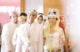 Irvan Hanafi & Fitri Tropica Beutiful White Wedding In Maja House