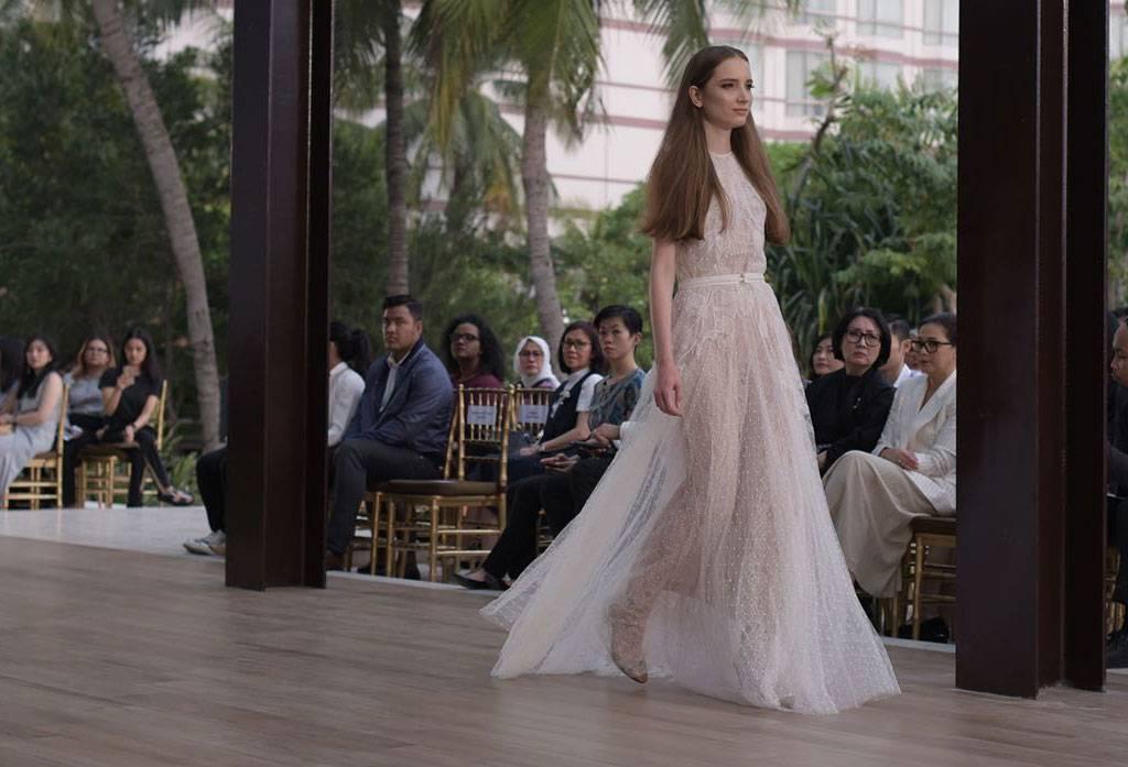 Sapto Djojokartiko Merancang Gaun Pengantin Untuk Pesta Outdoor