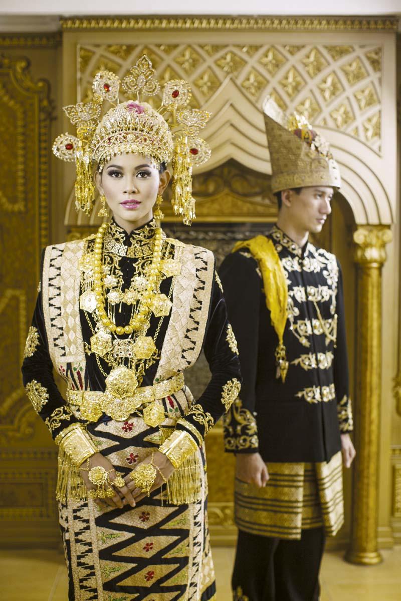 sementara pengantin pria aceh umumnya mengenakan jas dan celana panjang hitam yang juga dipadu dengan kain sulam kehadiran aksesori bernuansa keemasan