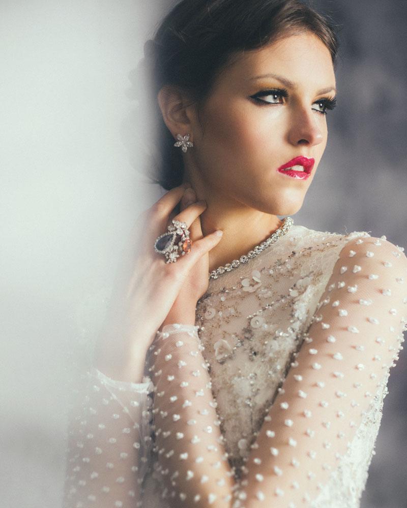 Tambahkan aksesori seperti cincin dan anting untuk meberikan warna pada  keseluruhan gaun berwarna putih ... a54d24864d