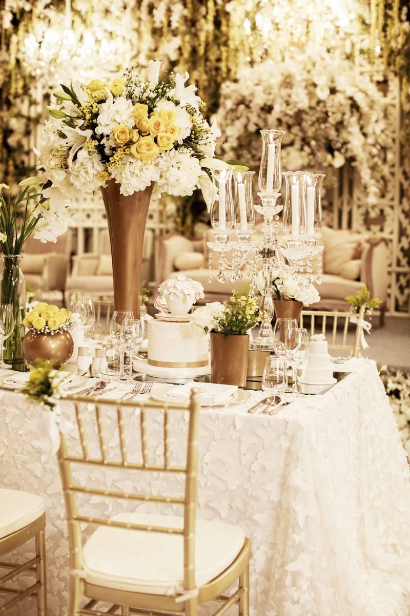 ide dekorasi pernikahan bertema putih yang timeless