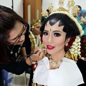 Olis Herawati Make Up Artist