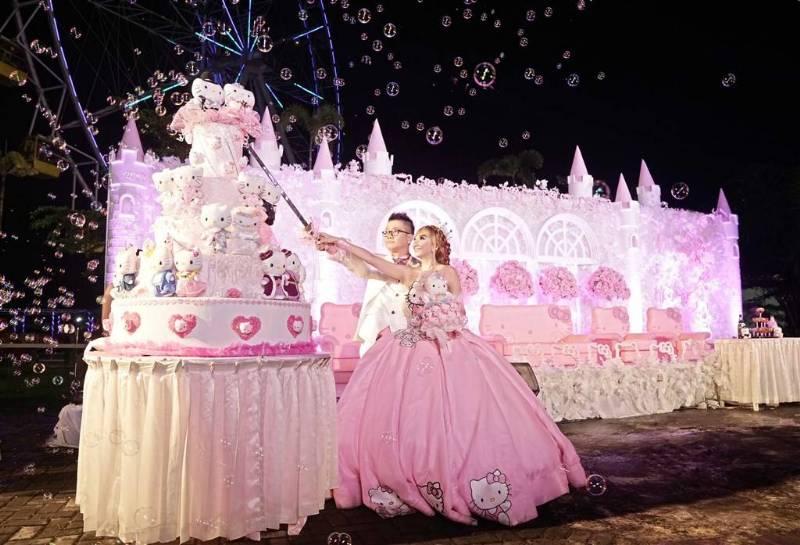 Wedding cake yang dipenuhi karakter Hello Kitty