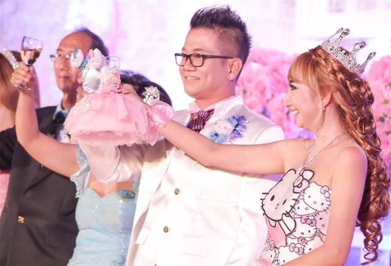 Wedding toast dengan cover gelas Hello Kitty