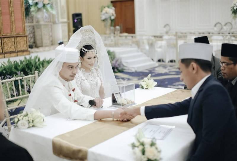 Menjabat tangan penghulu merupakan saat mendebarkan bagi setiap pengantin pria termasuk Berman