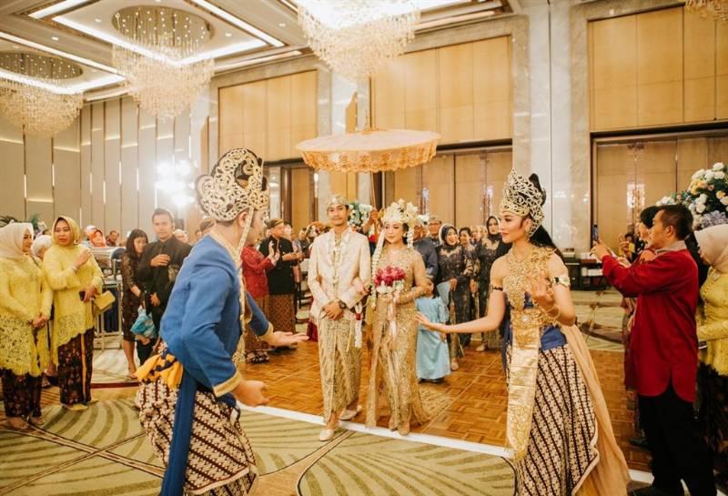 Kedatangan Desti dan Satria disambut para penari