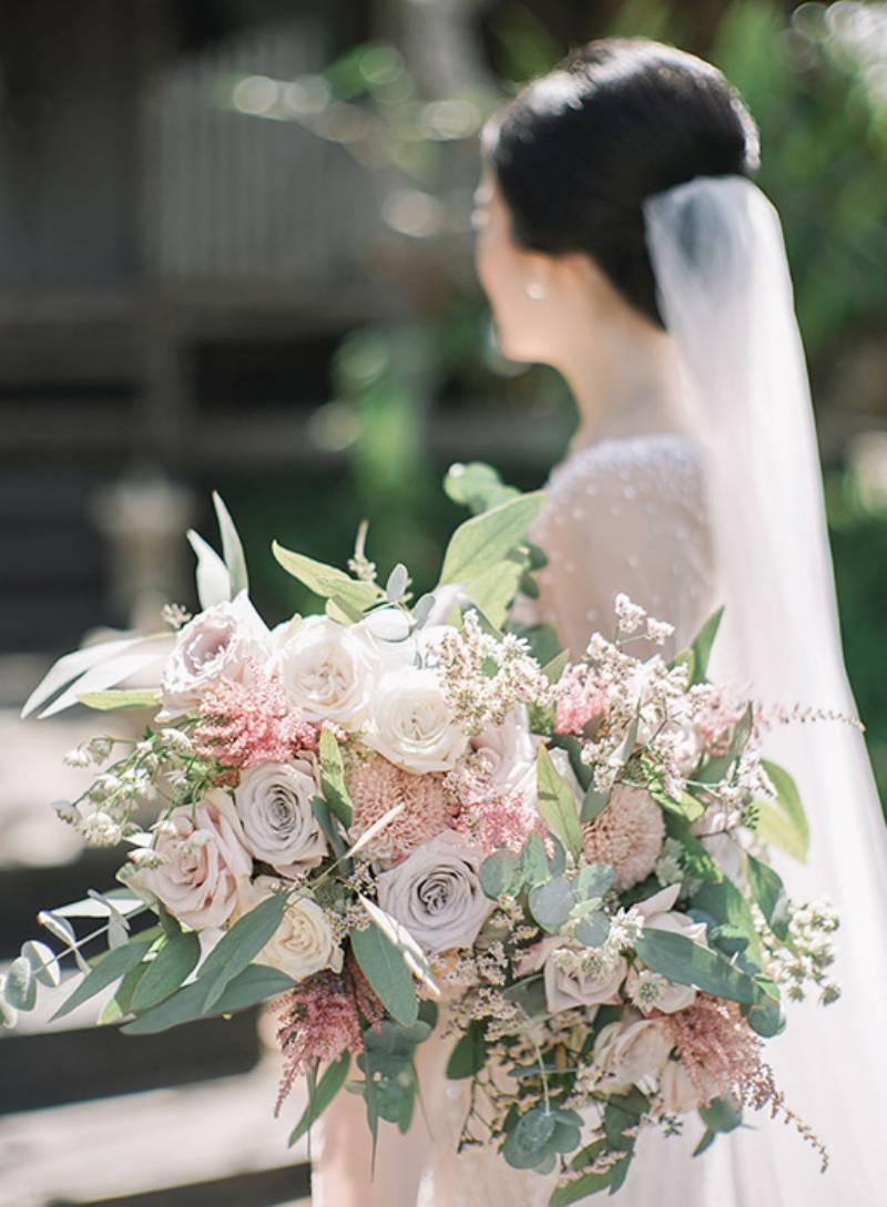 Bouquet cantik di tangan pengantin cantik