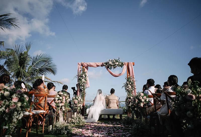 Holy matrimony di tepian tebing diiringi debur ombak