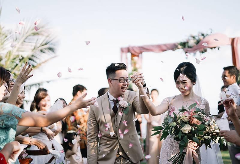 Momen bahagia saat resmi sebagai pasangan suami istri