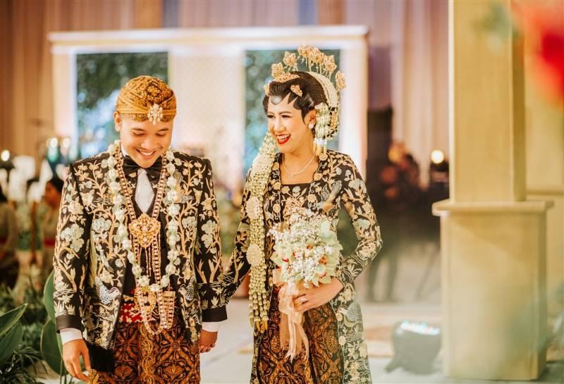Busana pengantin penuh corak rancangan Surya Abduh