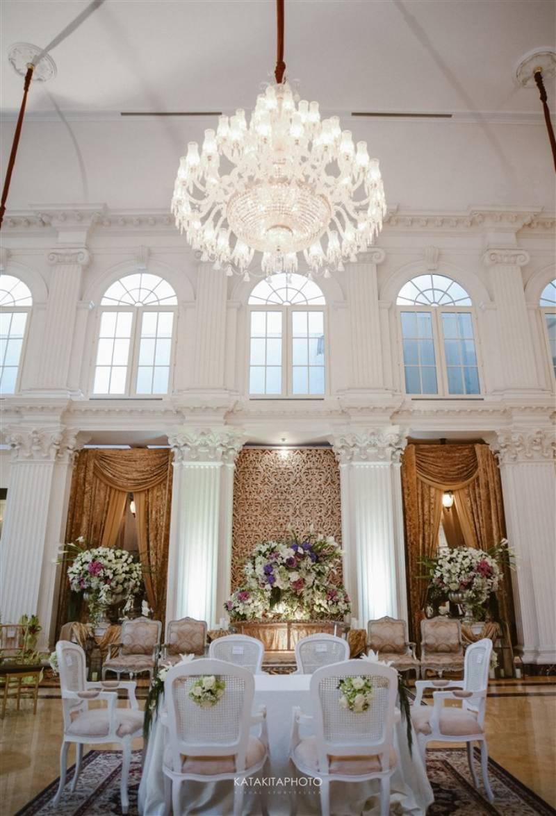 Dekorasi putih pada akad nikah