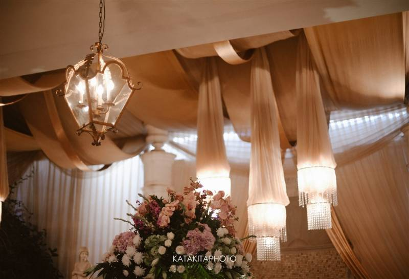 Lengkap dengan lampu gantung yang perindah dekorasi