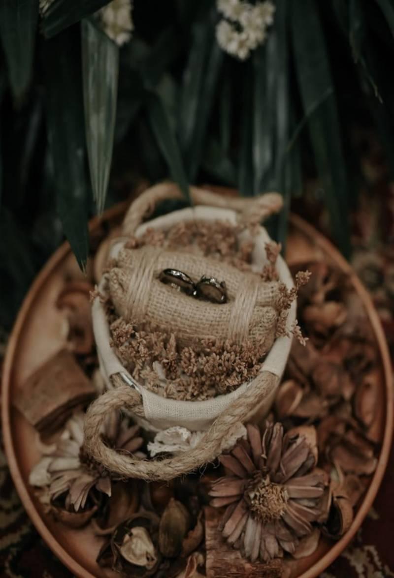 Cincin kawin dengan ring bearer rustic