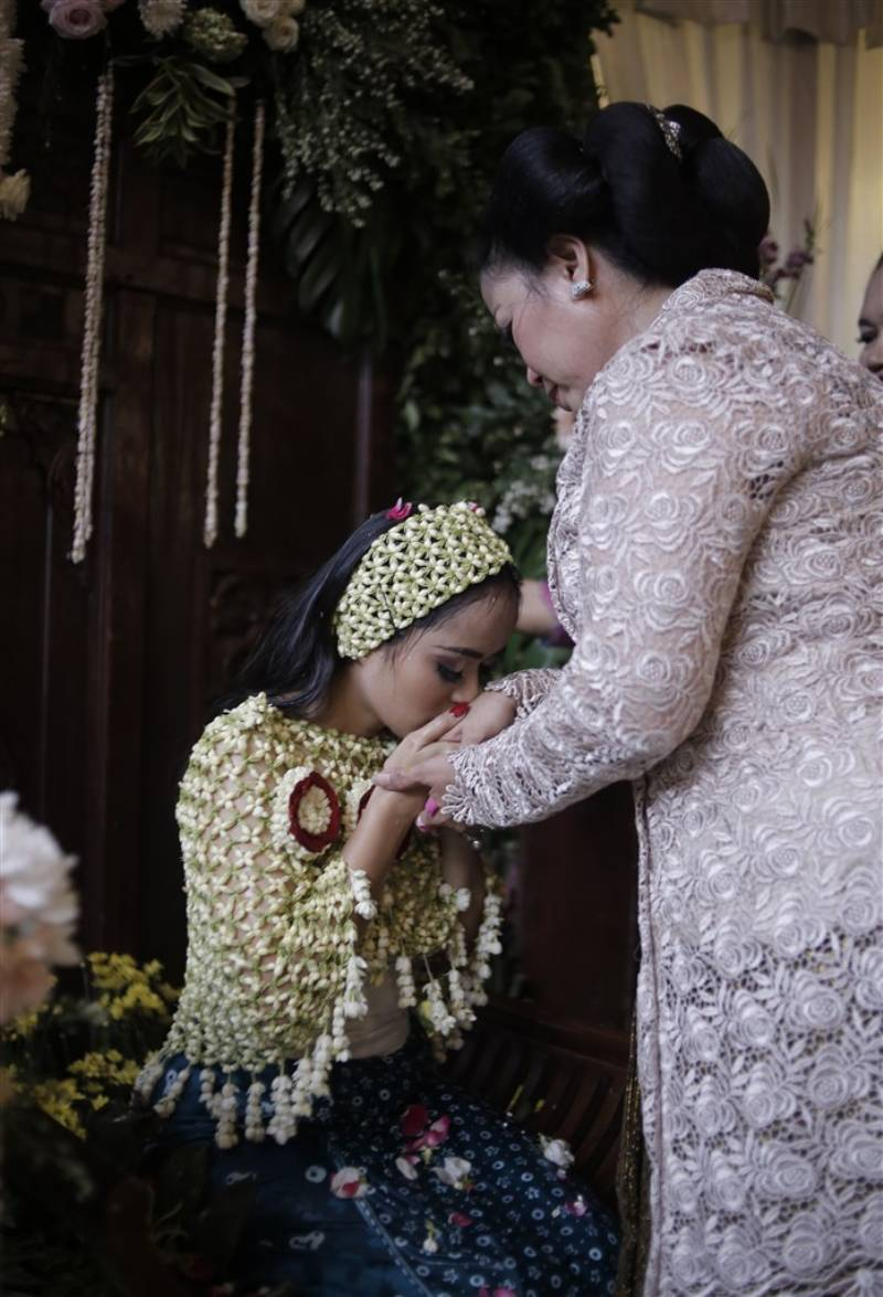 Cium tangan ibu terkasih setelah siraman