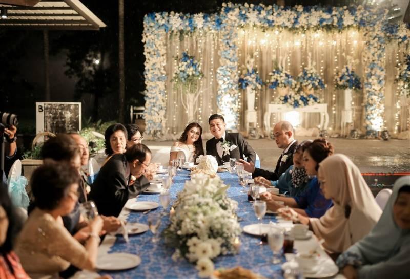 Satu meja dengan keluarga yang membuat semakin akrab