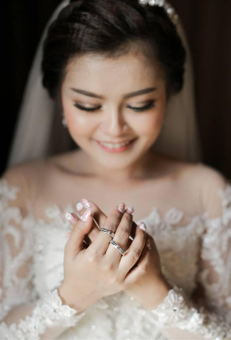 Pakai kedua cincin dengan jemari kuku berhias nail art