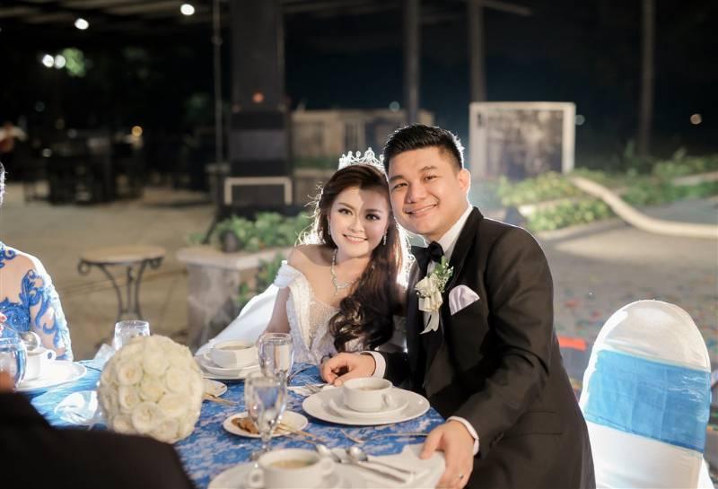 Tunjukan senyum bahagia yang tidak lepas selama pernikahan