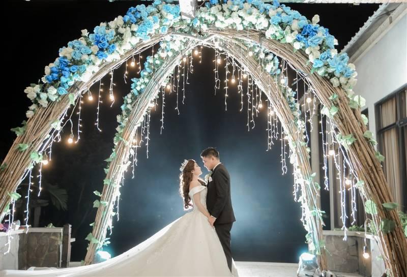 Wedding gate dengan taburan bunga biru dan putih