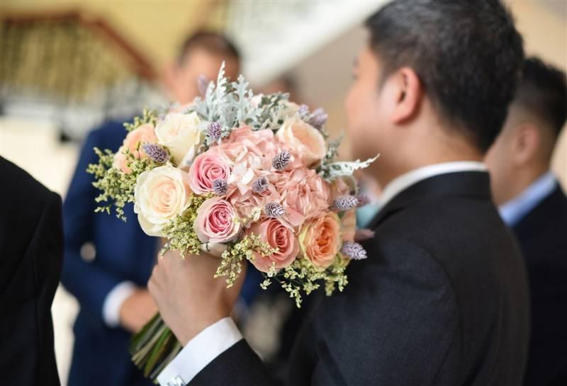 Hand bouquet pastel pink dan peach