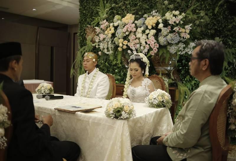 Jalani akad nikah dengan busana serasi berwarna putih