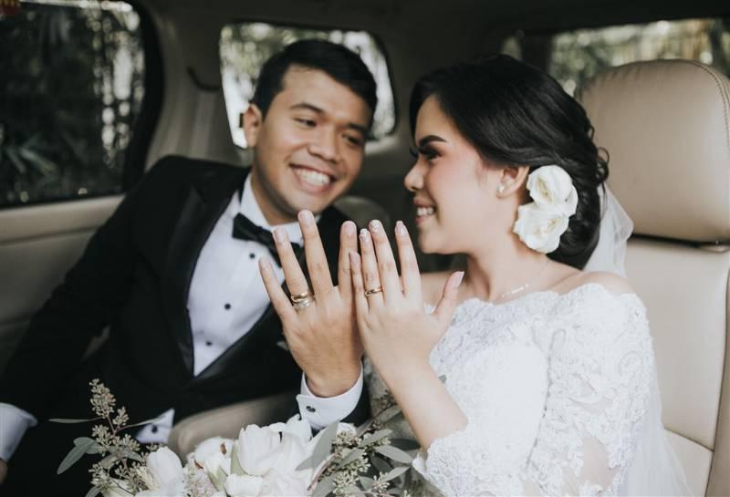 Tunjukan cincin kawin setelah resmi menikah