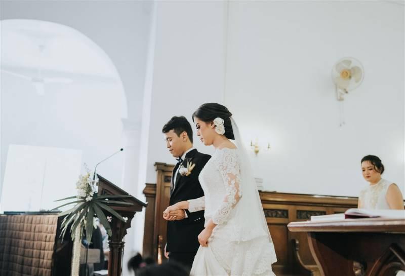 Di depan altar