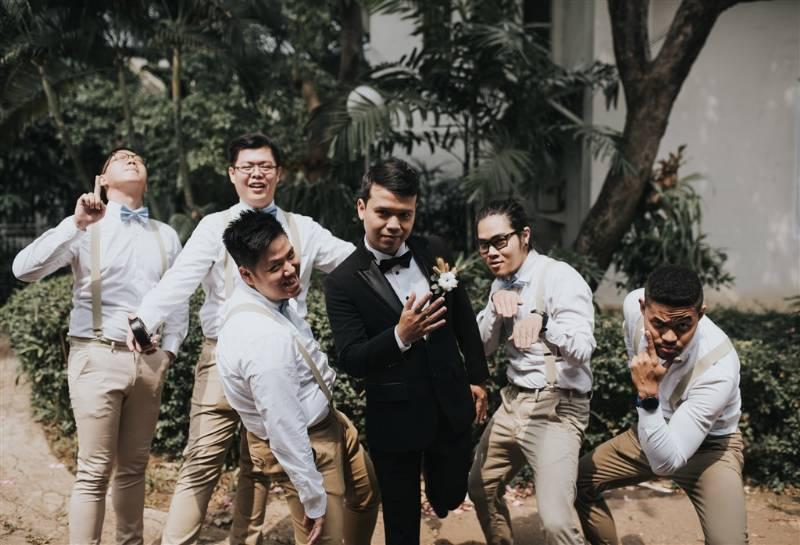 Gaya jenaka bersama groomsmen