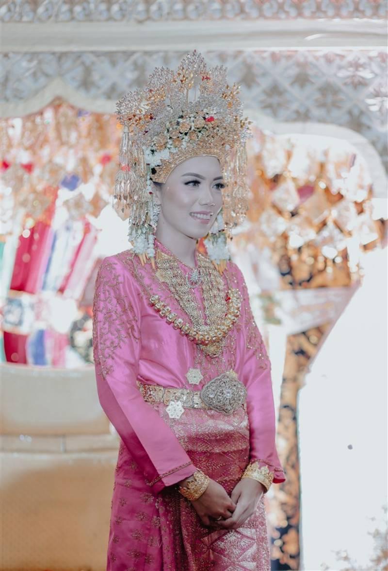 Cantiknya Elsa berbusana adat Aceh