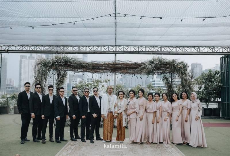 Foto bersama groomsmen dan bridesmaid