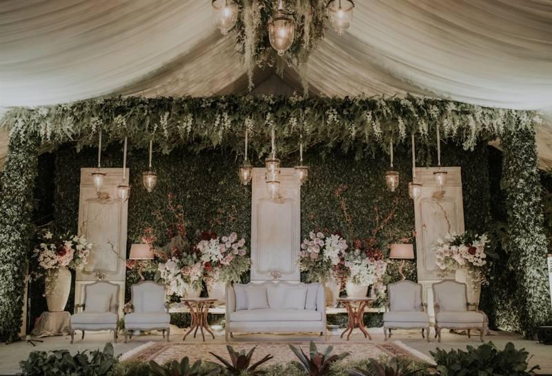 Wedding backdrop bernuansa greenery
