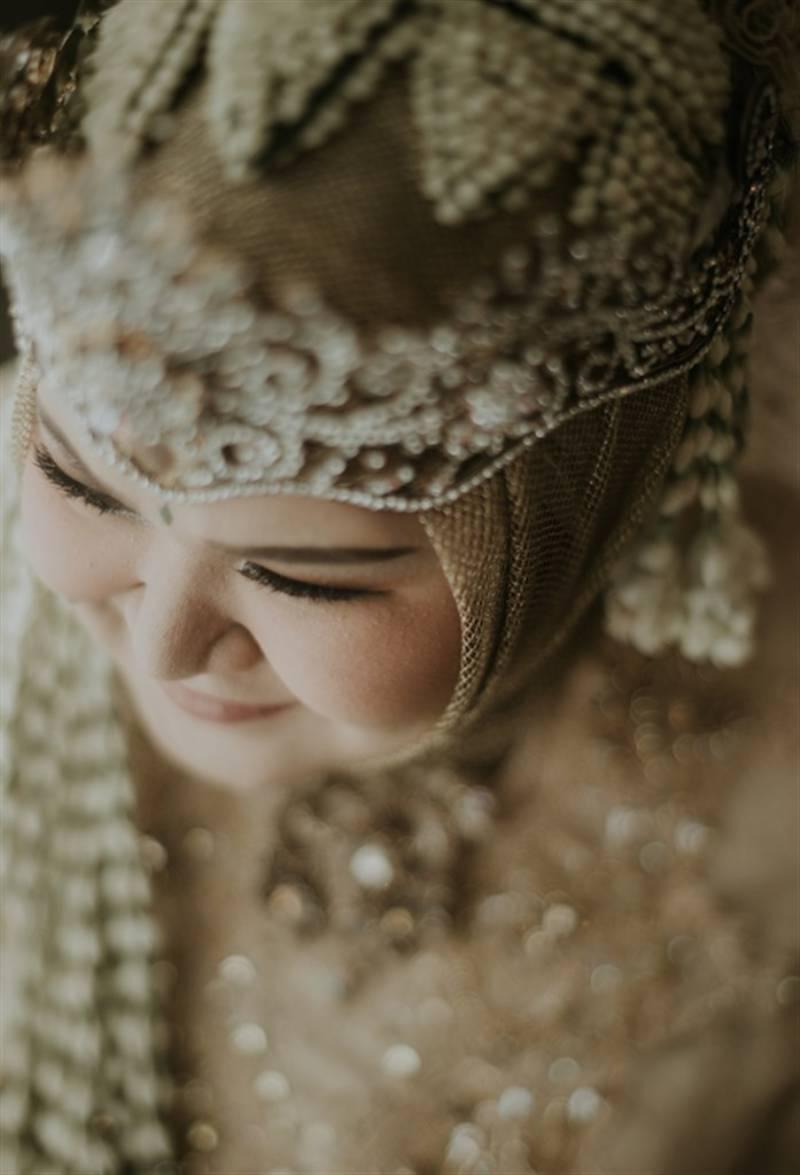Meskipun memakai jilbab tidak menghalangi untuk berbusana adat Sunda lengkap