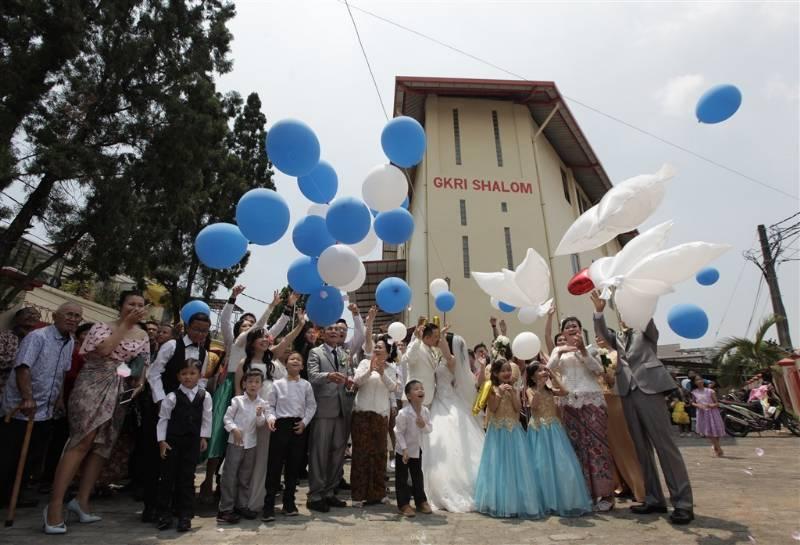 Momen melepas balon usai pemberkatan