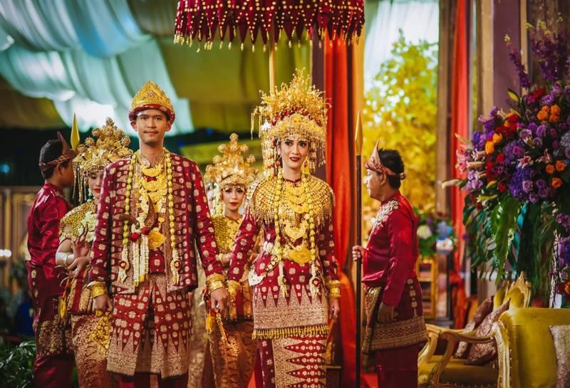 Fira dan Adit kenakan busana tradisional Palembang