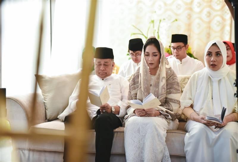 Berdoa pada acara pengajian yang dilakukan sebelum pernikahan
