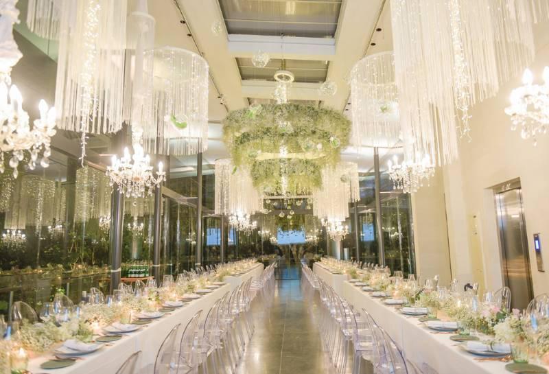 Dekorasi elegan menghiasi makan malam mewah