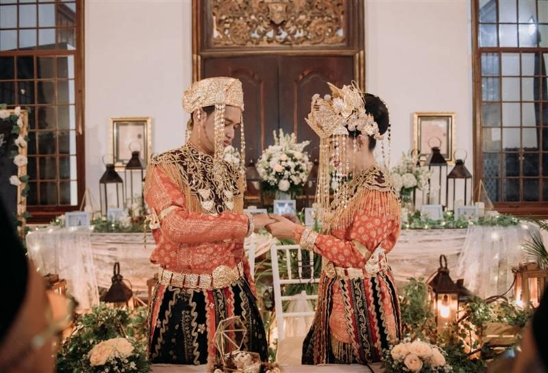 Setelah resmi, waktunya memasangkan cincin sebagai pengikat anatara suami-istri