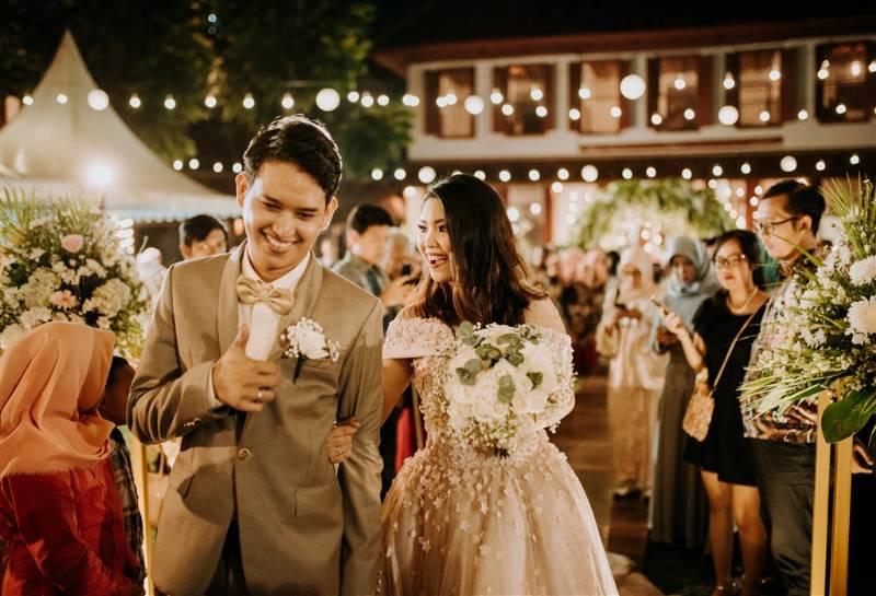 Outdoor wedding selalu identik dengan tema rustic, seperti pernikahan Saskia dan Rengga