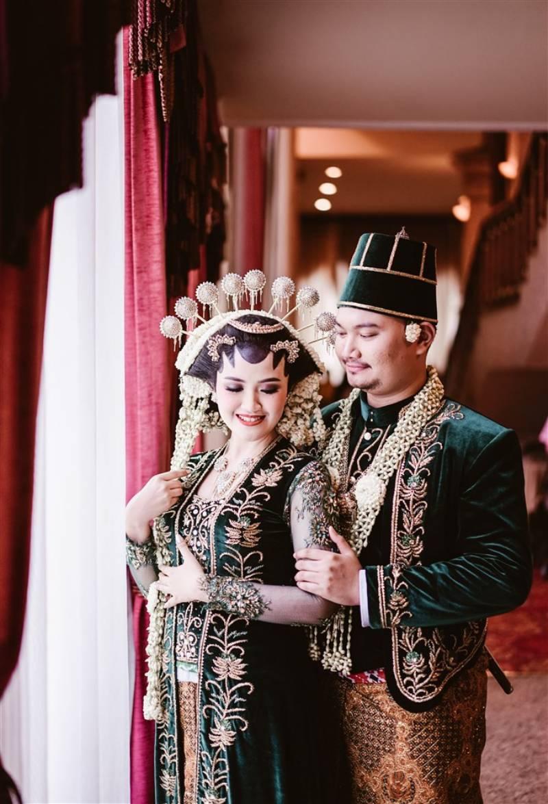 Serasinya Zinia dan Alif kenakan busana adat Jawa