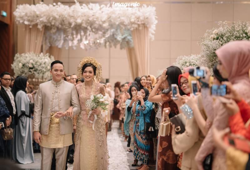 Cantik dan tampan, pasangan berbahagia ini melangkah memasuki ruangan