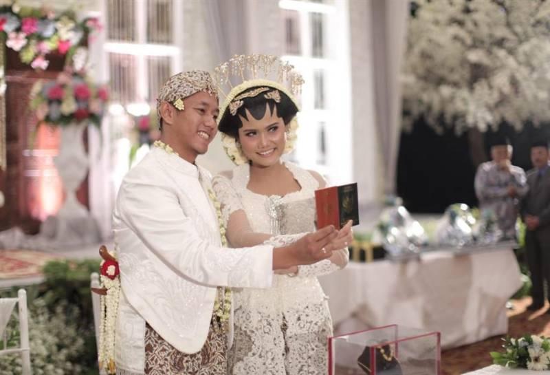 Bahagianya tunjukkan buku nikah