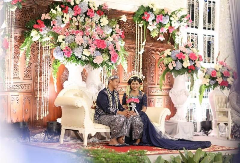 Di pelaminan dengan backdrop gebyok khas Jawa