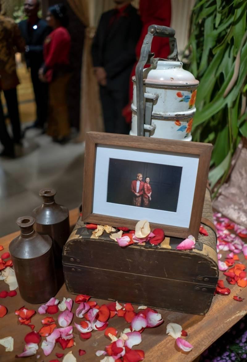Foto pre-wedding yang mendekorasi resepsi
