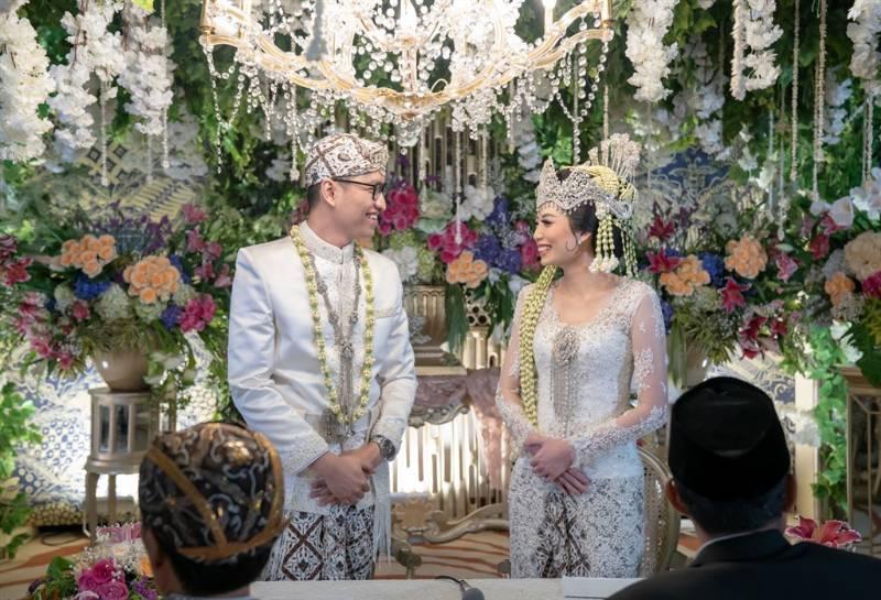 Akad nikah yang menggunakan busana adat Sunda
