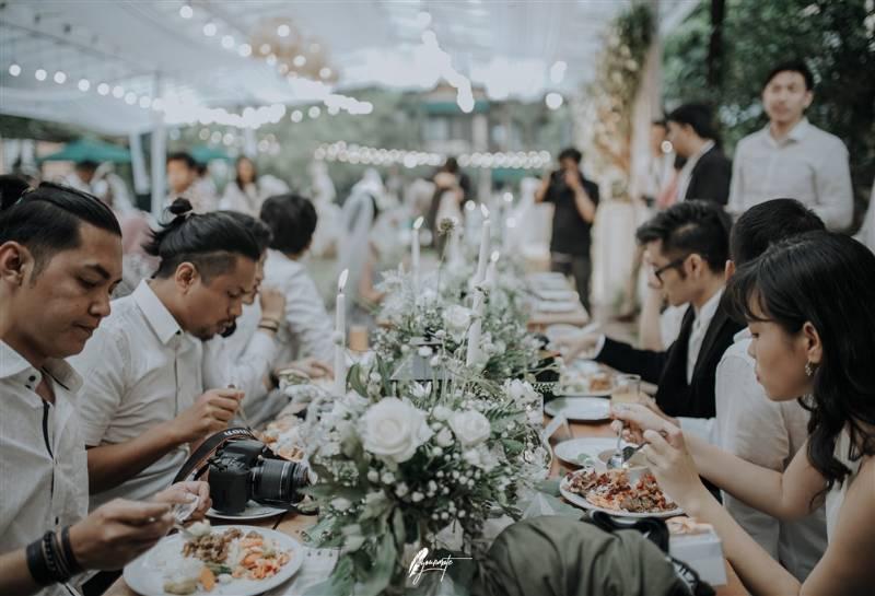 Para tamu yang dijamu dengan sitting table