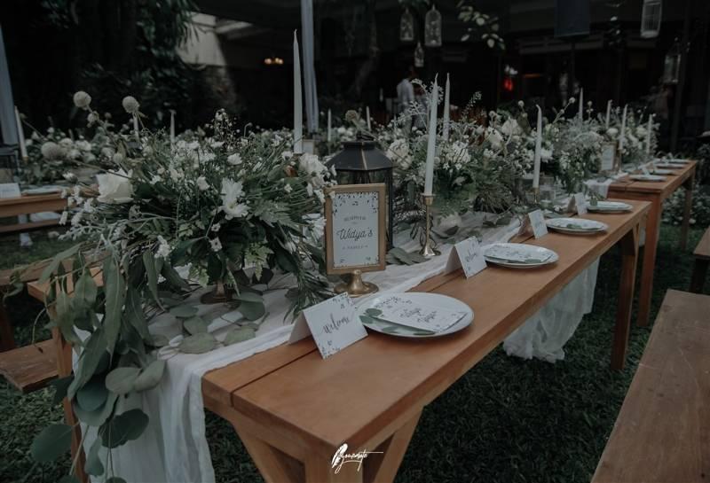 Serasi, decor table pun dihias dengan aneka bunga putih