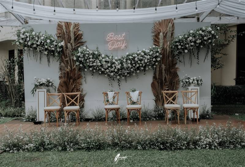 Dekorasi backdrop yang menarik tanpa banyak unsur warna bunga