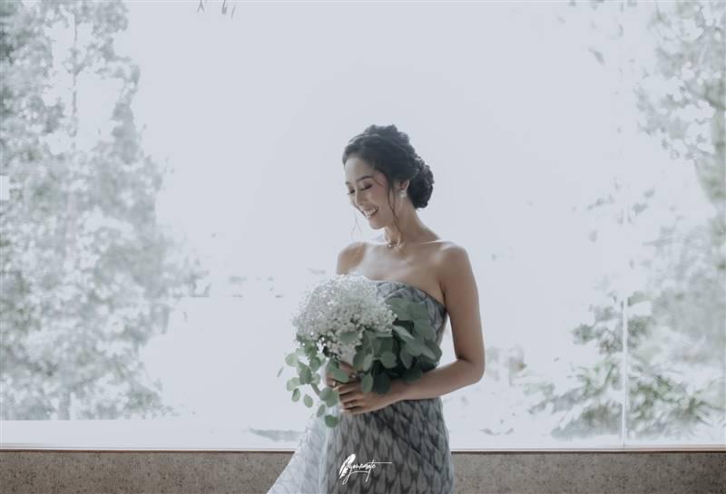 Cantiknya Widya didampingi hand bouquet putih baby breath