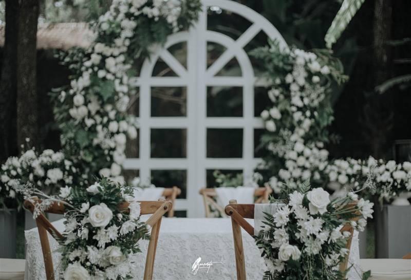 Indahnya dekorasi meja akad dengan bunga putih