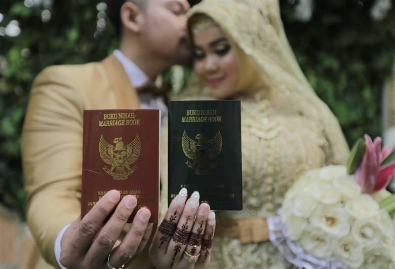 Arkey dan Lutfira yang bahagia telah resmi mendapatkan buku nikah