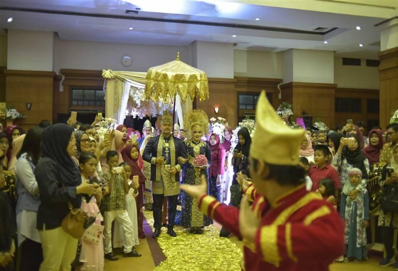 Saat-saat kedua pengantin memasuki area resepsi yang disambut penari Minang